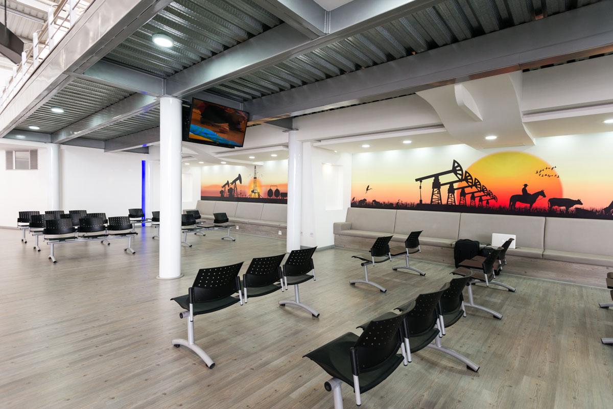 Sala de espera en Catam, cómoda, amplia, con cafetería y WiFi