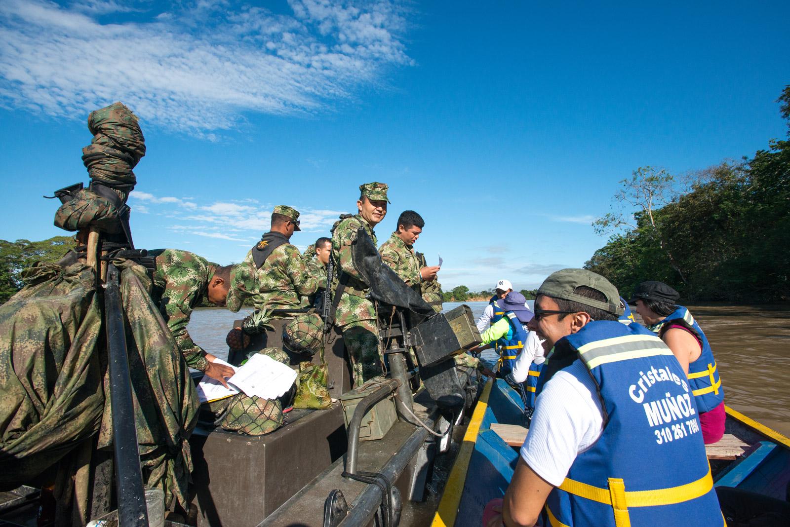 Ejército Nacional de Colombia en el río Guayabero realizando el control de acceso a Caño Cristales