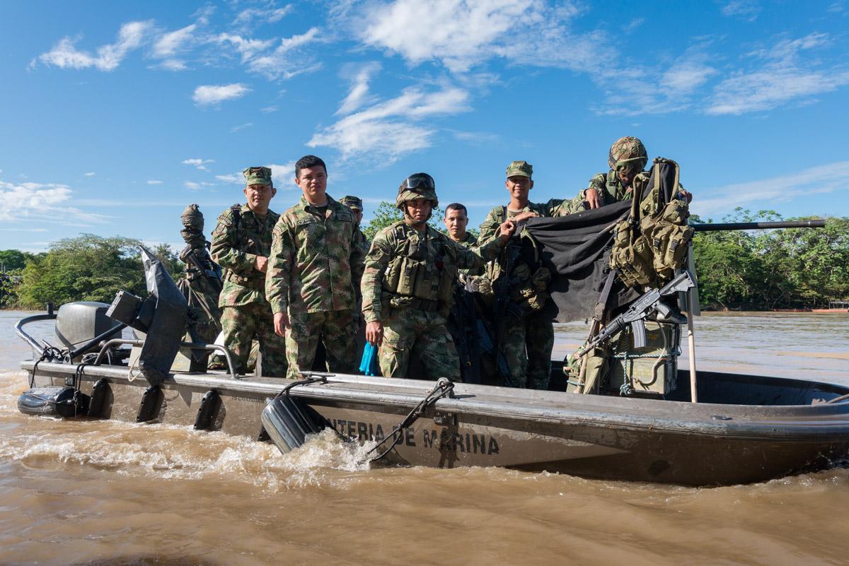 Patrulla marina del Ejército, custodiando el río Guayabero