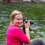 Olguita Burgos, con ese ánimo que se debe tener para la fotografía de paisaje, en el sector de las plantas acuáticas verdes
