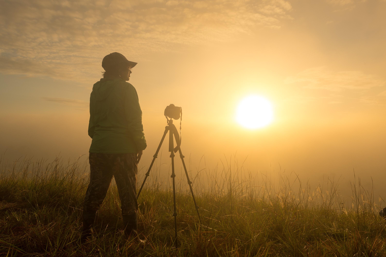 Paola Sánchez, estudiante, haciendo fotografía al amanecer