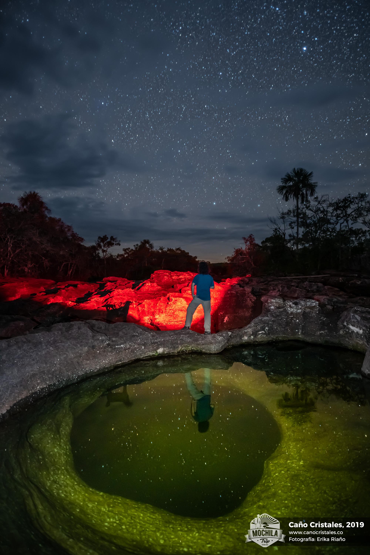 Mario Carvajal en Caño Cristales, de noche, con estrellas fotografía por Erika Riaño